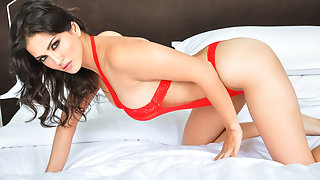 Juicy Indian Babe Sunny Leone Red Lace XXX Porn