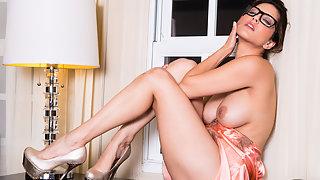 Sunny Leone Room Service Babe XXX Porn